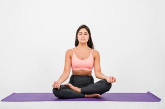 Yoga_mujer-meditando-casa_23-2148108681